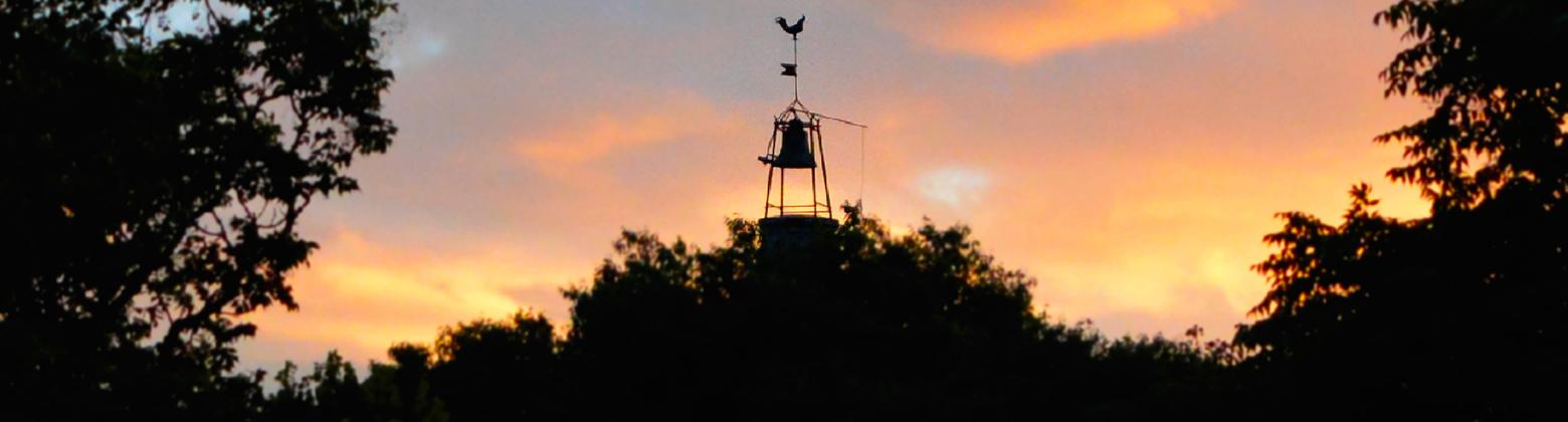 Coucher de soleil sur le clocher